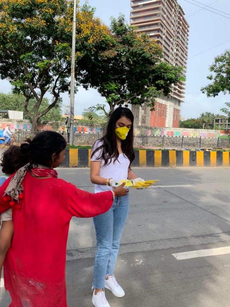 Amrin Qureshi Distributing Mask (1)